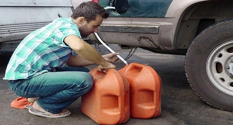 Как слить бензин с помощью шланга?