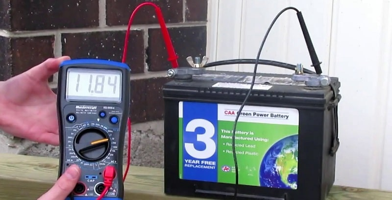 Как проверить заряд аккумулятора мультиметром?